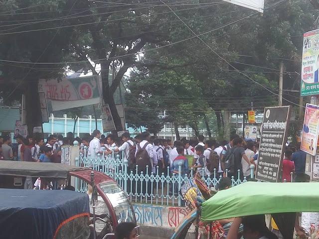 নিরাপদ সড়ক চাই এর দাবীতে টাঙ্গাইলেও শিক্ষার্থীদের আন্দোলন