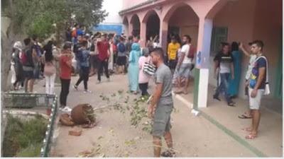 فيديو : تلاميذ خربوا مؤسستهم التعليمية بسبب صعوبة إمتحان الجهوي وصرامة الحراسة