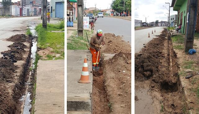 BAIRRO SÃO RAIMUNDO: Cidadão faz serviço da Prefeitura e da Caema para salvar sua venda de churrasquinhos