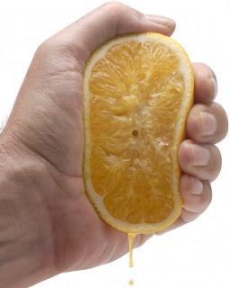 Spremuta d'arancia: l'arancia è compressa da un sistema che sta compiendo lavoro (crescita) su di essa
