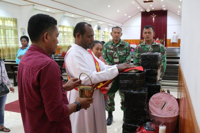 Satgas Pamrahwan Salurkan Bantuan Buku Ibadah Sumbangan Ursulin Surakarta di Puncak Jaya
