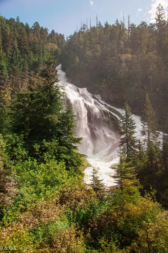 Pyramid Falls rocosas canadienses a bordo Rocky Mountaineer
