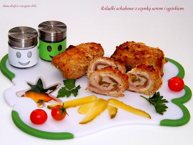 Roladki schabowe z szynką, serem i ogórkiem kiszonym pieczone w piekarniku.