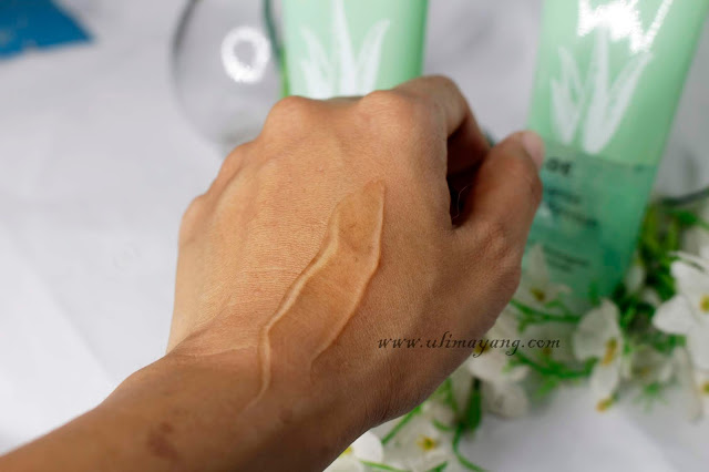 review-swatch-teksture-aloe-vera-lidah-buaya-gel-lokal-murah-wardah-bagus-rekomendasi-beauty-influencer-kemasan-baru