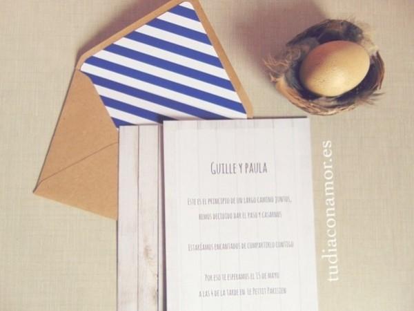 Invitaciones decoradas con sobres forrados a conjunto. Modelo moderno, sencillo e informal con líneas azul marino y madera.