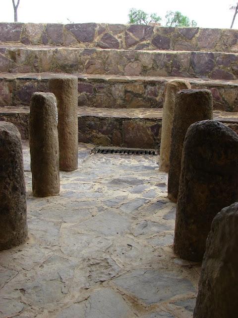 """Место нахождения Колумбия, Южная Америка. 5.647397, -73.558725 Археологический комплекс был назван Конкистадорами El Infiernito, по испански означает """"маленькое пекло"""". Изначальное название места и его архитекторы неизвестны. В месте есть одна погребальная камера и сотни менгиров и рукотворных артефактов. Многие менгиры выровнены по солнечным и лунным циклам, поэтому считают, что они были обсерваторией помимо места проведения ритуалов очищения. Для южной Америки подобные менгиры поляны редкость, такое привычно видеть в Европе."""