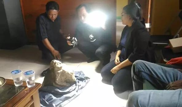AGEN BOLA - Cerita di Balik Penemuan Arca Mirip Tokoh Semar di Gunung Ciremai
