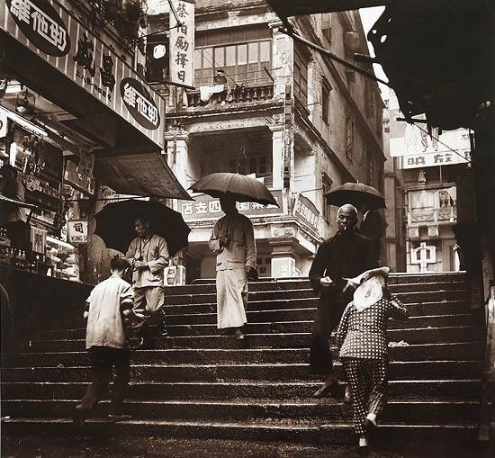 "Foto: Yau Leung - ""Pedestrians on the Steps (Sheung Wan), 1960"" // chidas, historicas, bellas, old hong kong, blanco y negro, cool pictures, vintage photos."