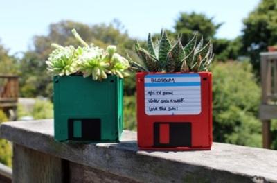 Pot bunga juga bisa dibuat dari disket bekas.