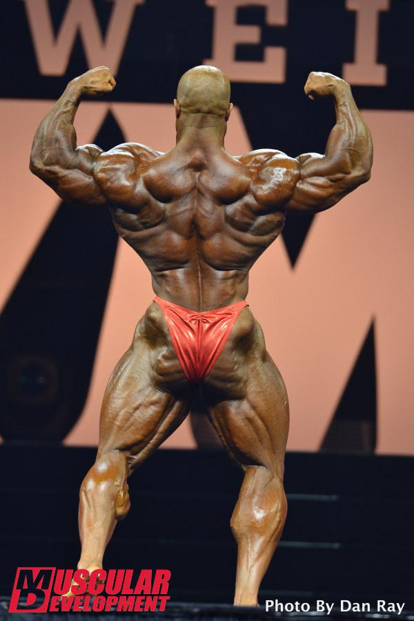 Phil Heath faz pose duplo bíceps de costas. Foto: Dan Ray