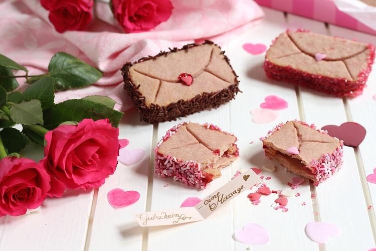 Himbeer-Valentinstags-Cookies im Briefumschlag-Look mit Überraschung