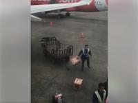 Kelakuan Kurang Pantas Petugas Angkut Barang di Bandara