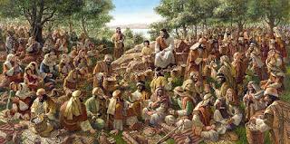A bíblia nos relata sobre uma multidão que seguia a Jesus. Um aglomerado de pessoas que vinham de todas a partes, de todas as cidades para ter com Ele, para se encontrar com Ele.   E neste dia quero meditar junto com você sobre os motivos pelos quais o seguimos, precisamos pensar todos os dias se o motivo que nos faz o seguir hoje, é o mesmo de quando nos convertemos ao evangelho.    Jesus e a Multidão   E foram sós num barco para um lugar deserto. E a multidão viu-os partir, e muitos o conheceram; e correram para lá, a pé, de todas as cidades, e ali chegaram primeiro do que eles, e aproximavam-se dele.  E Jesus, saindo, viu uma grande multidão, e teve compaixão deles, porque eram como ovelhas que não têm pastor; e começou a ensinar-lhes muitas coisas. E, como o dia fosse já muito adiantado, os seus discípulos se aproximaram dele, e lhe disseram: O lugar é deserto, e o dia está já muito adiantado.  Despede-os, para que vão aos lugares e aldeias circunvizinhas, e comprem pão para si; porque não têm que comer. Ele, porém, respondendo, lhes disse: Dai-lhes vós de comer. E eles disseram-lhe: Iremos nós, e compraremos duzentos dinheiros de pão para lhes darmos de comer? E ele disse-lhes: Quantos pães tendes? Ide ver. E, sabendo-o eles, disseram: Cinco pães e dois peixes.  E ordenou-lhes que fizessem assentar a todos, em ranchos, sobre a erva verde. E assentaram-se repartidos de cem em cem, e de cinqüenta em cinqüenta. E, tomando ele os cinco pães e os dois peixes, levantou os olhos ao céu, abençoou e partiu os pães, e deu-os aos seus discípulos para que os pusessem diante deles. E repartiu os dois peixes por todos. E todos comeram, e ficaram fartos;  E levantaram doze alcofas cheias de pedaços de pão e de peixe. E os que comeram os pães eram quase cinco mil homens. E logo obrigou os seus discípulos a subir para o barco, e passar adiante, para o outro lado, a Betsaida, enquanto ele despedia a multidão. E, tendo-os despedido, foi ao monte a orar.  Marcos 6:32 à 46  A palav