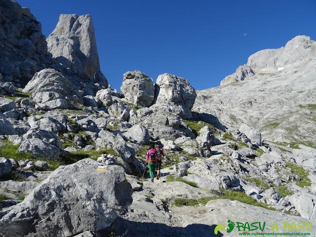 Ruta Pandebano - Refugio de Cabrones: Subiendo a la Vega de Urriellu