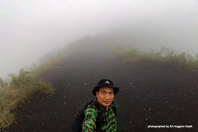 Kabut tebal di atas  kawah Gunung Galunggung.