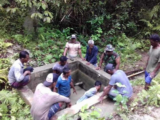 Babinsa di Karay Laksanakan Kerja Bakti Bersihkan Bak dan Saluran Air