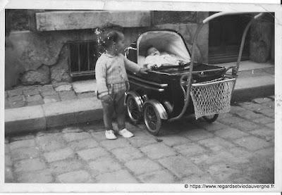 Poussette ancienne en photo noir et blanc.