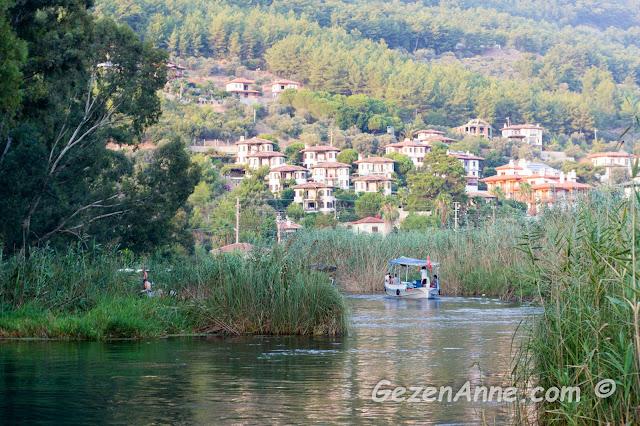 Akyaka Kadın Azmağı'nda dolaşan bir tekne, Gökova Muğla