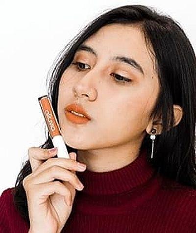 photo wanita cantik pemakai produk alluvia lip cream matte