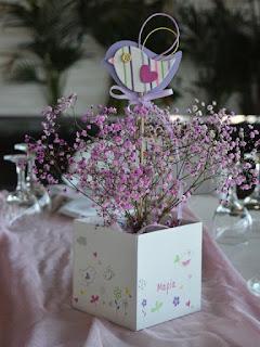 διακοσμητική σύνθεση τραπεζιού κασπώ με πουλάκι σε στικ και λουλουδάκια