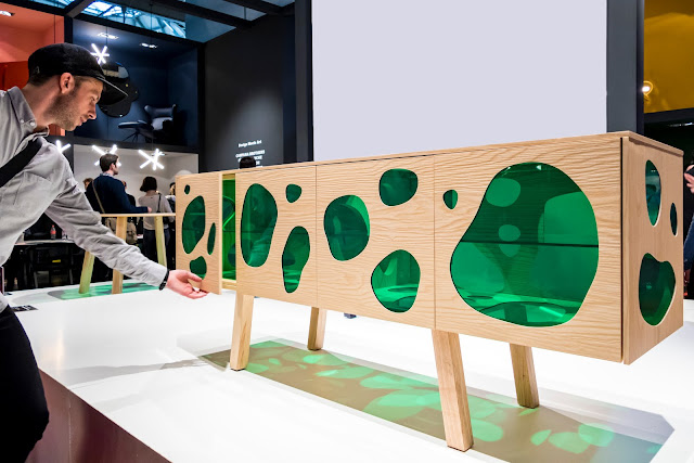 Foto de um balcão feito de madeira e vidro. Com linhas orgânicas (lembra um pouco uma celula)