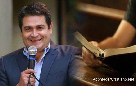 Presidente de Honduras Juan Orlando Hernández y Biblia