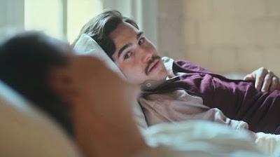 Alfredo (Nicolas Prattes) fica emocionado ao doar sangue para Júlio (Antonio Calloni) — Foto: Globo