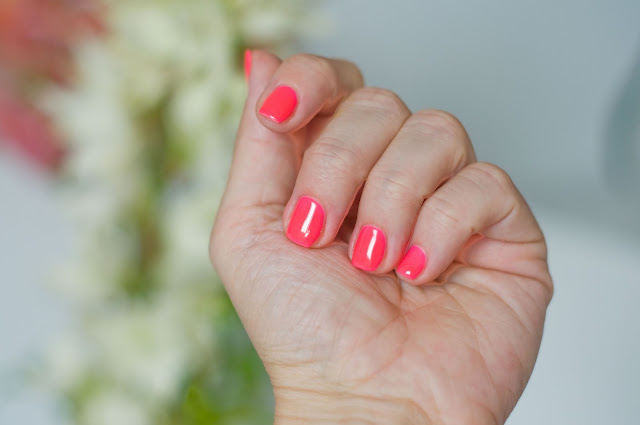 neonowy lakier na paznokciach latem Chiodo