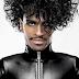 """Com visual inspirado em Prince, """"Balanga Raba"""" leva Rico Dalasam do rap ao pop e vice-versa"""