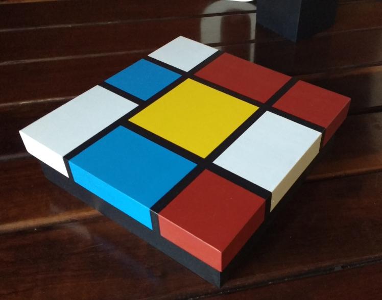 caixa com obra de mondrian com pintura colorida e moderna