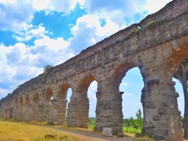Acueducto en el Parco degli Acquedotti en Roma