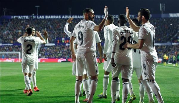 نجم ريال مدريد ينفجر بالبكاء بعد خسارة الكلاسيكو