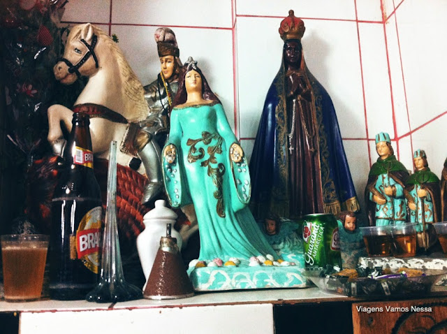 Sincretismo religioso e o samba, altar na entrada do Bar Beco do Rato
