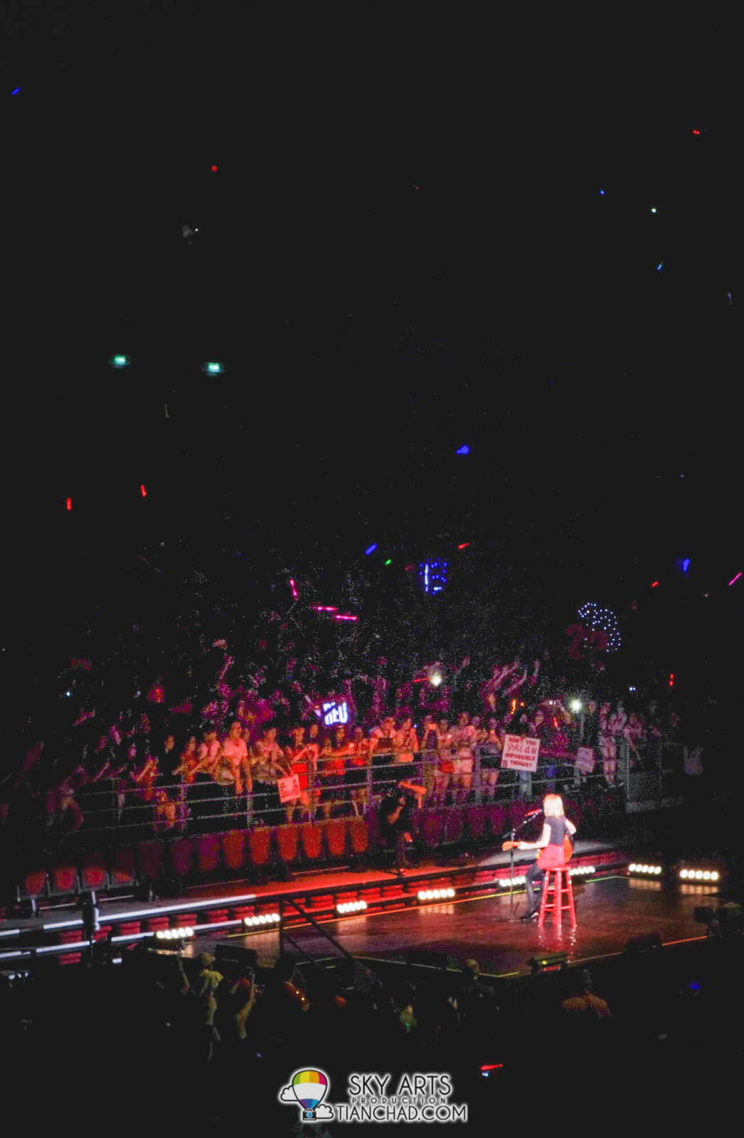 Taylor Swift serenade to fans near Stage B. So close!!