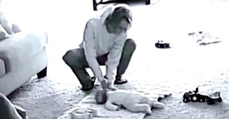 Cette mère met en route une caméra cachée lorsque la babysitter est seule avec son fils. Lorsqu'elle rentre du travail, elle regarde l'enregistrement et fond en larmes.
