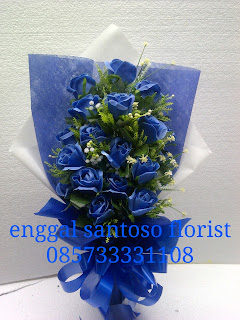 rangkaian bunga tangan mawar biru