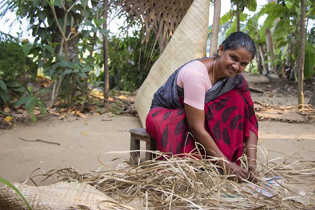 tejedora de palma en Kerala India