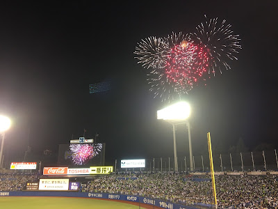 神宮球場の環境ステーションシート(一塁側)から見た花火