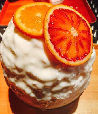 ブラッドオレンジレアチーズ味のかき氷がお皿に乗っている
