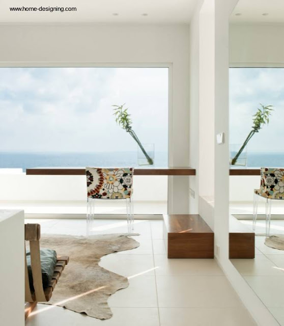 Interior contemporáneo con escritorio flotante de madera