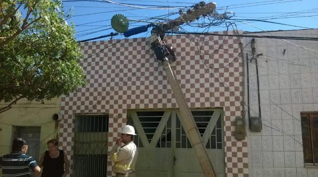Em Picos, caminhão bate em fio de alta tensão e poste cai em cima de casa  Leia mais: https://www.cidadesemfoco.com/em-picos-caminhao-bate-em-fio-de-alta-tensao-e-poste-cai-em-cima-de-casa/#ixzz5e2RkmFK3