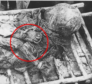 Cadaver de prisionero con las manos atadas en  Katyn