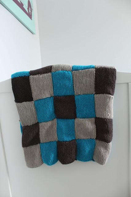 Neulottu vauvan peitto neliöistä
