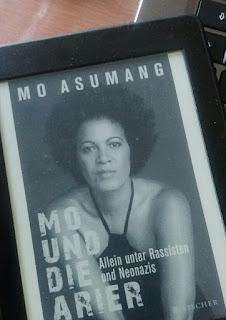 das Buchcover zeigt Mo Asumang