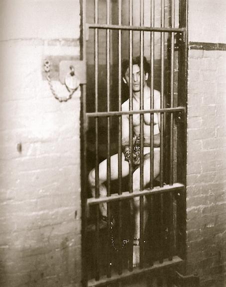 Cận cảnh một căn phòng biệt giam dành cho tù nhân nghiêm trọng