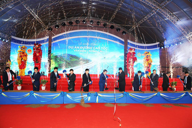 Các đại biểu tiến hành nghi thức khởi công dự án.