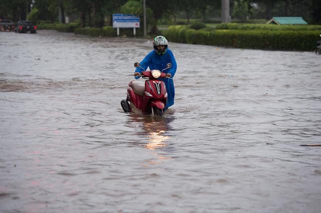 Таец толкает скутер