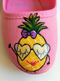 Zapatilla-rosa-infantiles-pintadas-a-mano-con-piñas-estilo-kawaii-crea2-con-pasión