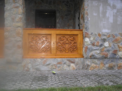 Rzeźbiona zabudowa ganku w stylu zakopiańskim