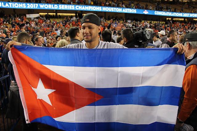El cubano Gurriel sacó una bandera gigante de su tierra luego de que el segunda base Altuve le lanzara la bola para lograr el último out y este la guardara en el bolsillo como un recuerdo tangible del que debe ser el mejor año de su carrera.